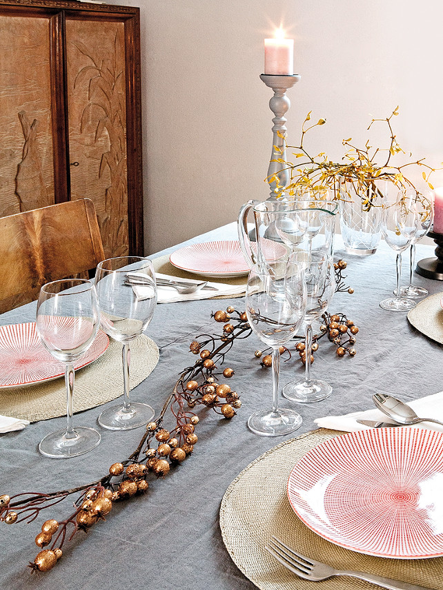 Christmas Table Top Decor Ideas. MiCasa via Nicety.