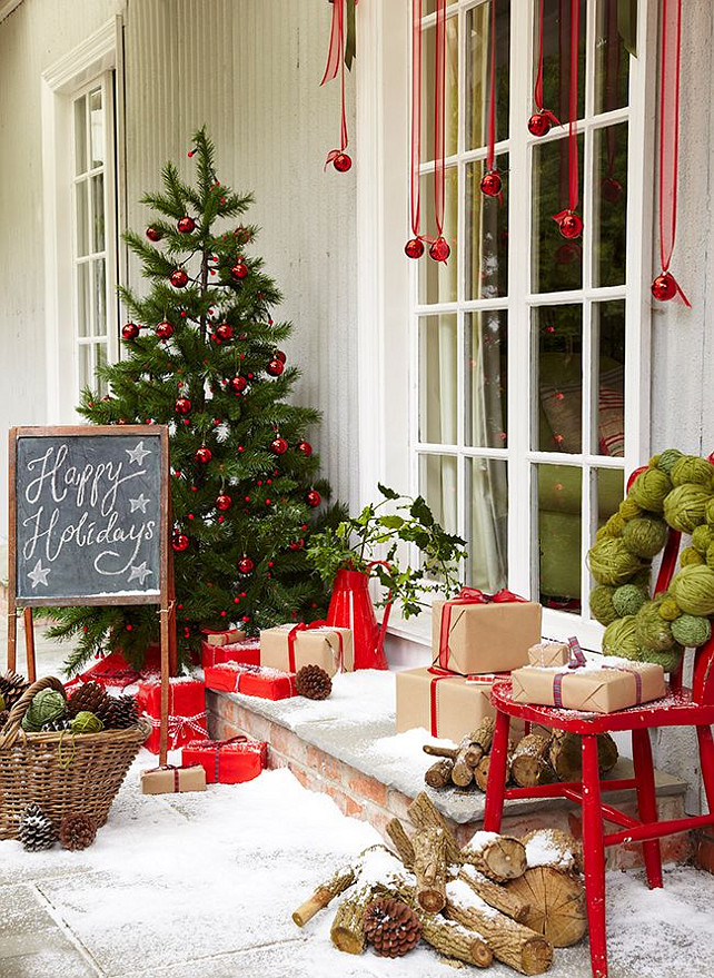 Exterior Natural Christmas Decor. Via The Relaxed Home.
