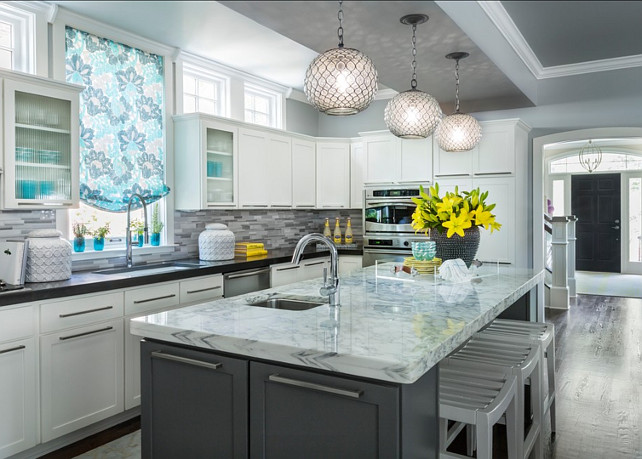 Kitchen. Transitional Gray Kitchen. Tranditional kitchen. #Kitchen #TransitionalKitchen #GrayKitchen Designed by Martha O'Hara Interiors.