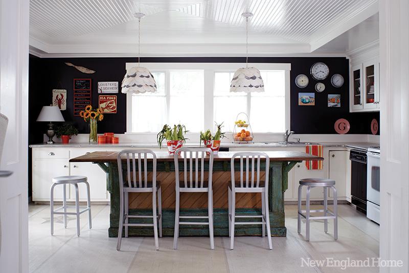 Cottage hampton beach home bunch interior design ideas for Dark brown kitchen walls